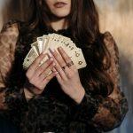 žena s kartami
